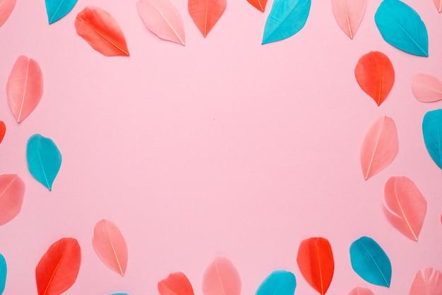 Lindas penas abstratas rosa e roxas em fundo pastel e textura suave de pena rosa branca em padrão colorido, fundo colorido, pena colorida vista superior copyspace