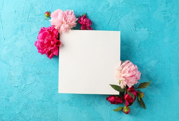 Lindas peônias e quadrado branco vazio na cor de fundo