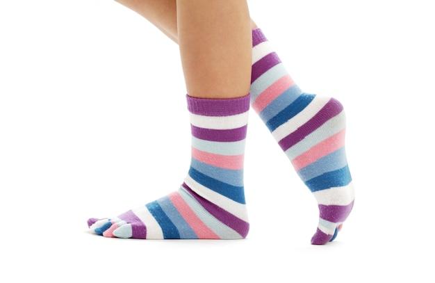 Lindas pernas em meias engraçadas sobre branco