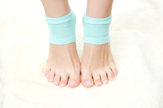 Lindas pernas femininas em meias azuis cuidados com os pés fique na ponta dos pés