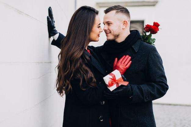 Lindas pessoas posando romanticamente na data