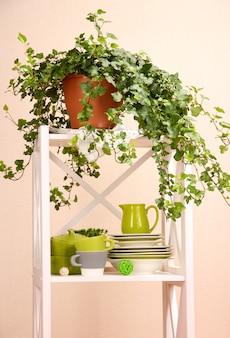 Lindas prateleiras brancas com talheres e decoração na parede colorida
