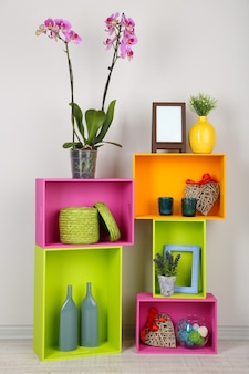 Lindas prateleiras coloridas com diferentes objetos relacionados à casa