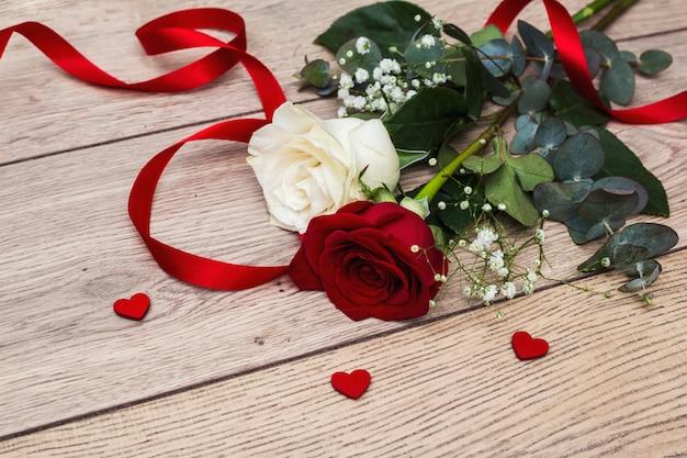 Lindas rosas com pequenos corações vermelhos