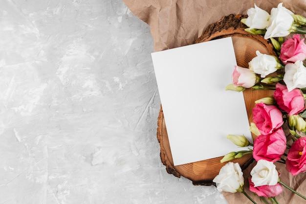 Lindas rosas e composição de cartão vazio com espaço de cópia
