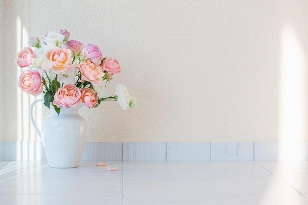 Lindas rosas em jarro de cerâmico branco