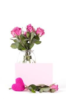 Lindas rosas em uma garrafa em branco