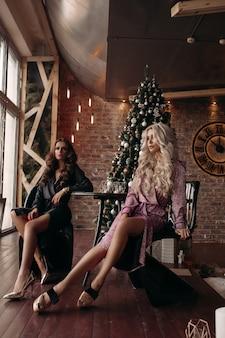 Lindas senhoras em vestidos no natal.