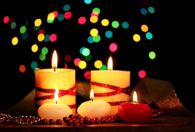 Lindas velas e decoração em mesa de madeira com fundo brilhante