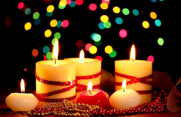 Lindas velas e decoração em mesa de madeira