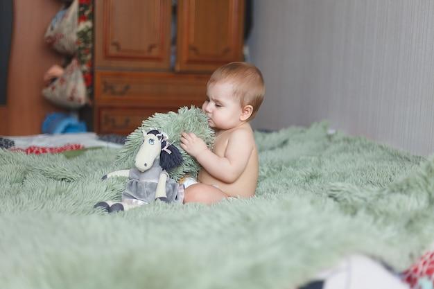 Lindo adorável bebê recém-nascido de 3 mariposas com fraldas. hapy minúscula menina ou menino olhando para a câmera. corpo e pele secos e saudáveis para o conceito de crianças. berçário
