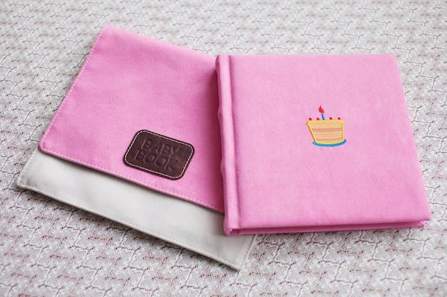 Lindo álbum de fotos em capa de tecido rosa claro com caixa de tecido.