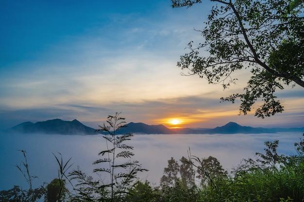 Lindo amanhecer com mar de névoa no início da manhã em phu thok chiang khan distrito leoi cidade da tailândia. chiang khan é uma cidade velha e um destino muito popular para turistas tailandeses