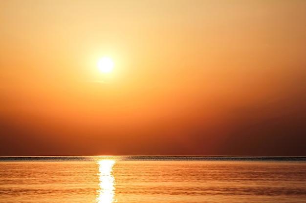 Lindo amanhecer dourado visto da praia de rodes, grécia