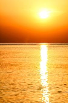 Lindo amanhecer dourado visto da praia em rodes, grécia Foto Premium