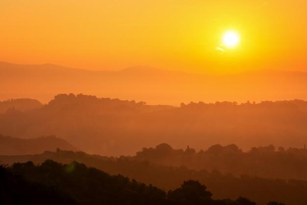 Lindo amanhecer na paisagem montanhosa