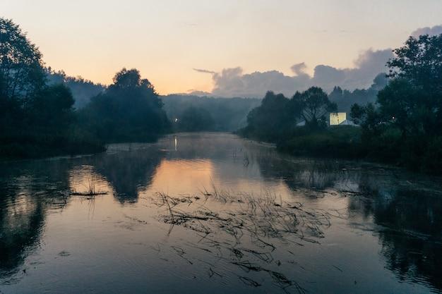 Lindo amanhecer nevoento no rio