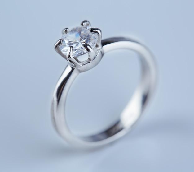 Lindo anel de diamante na superfície clara
