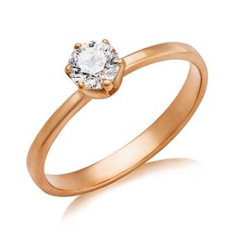 Lindo anel de noivado com um grande diamante isolado em um fundo branco