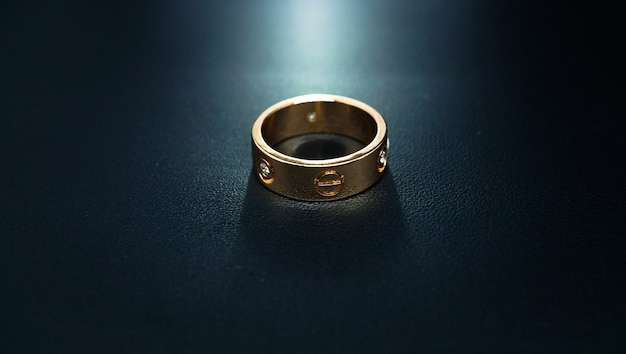 Lindo anel de pérolas cintilantes