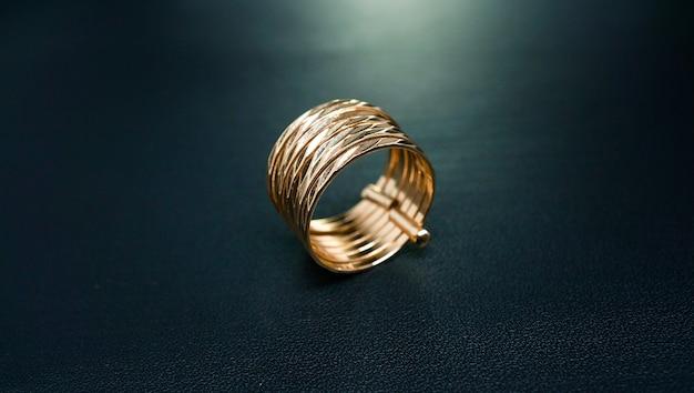 Lindo anel feminino com fundo escuro