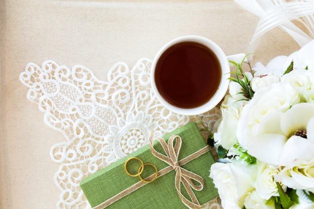 Lindo apartamento colocar uma xícara de chá com decorações de renda para plano de fundo do casamento