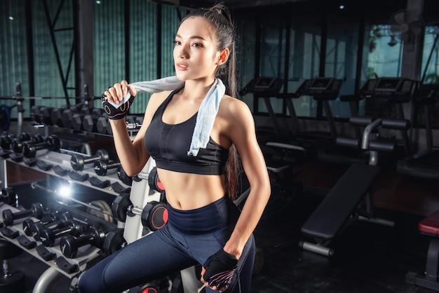 Lindo apto mulher asiática na academia