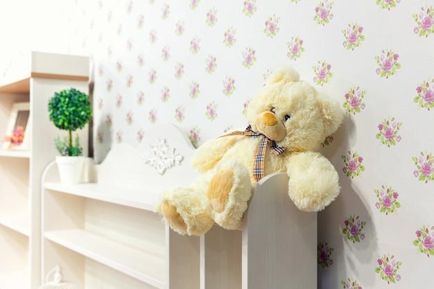 Lindo armário de madeira no quarto das crianças