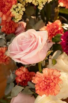 Lindo arranjo de flores para uma aniversariante
