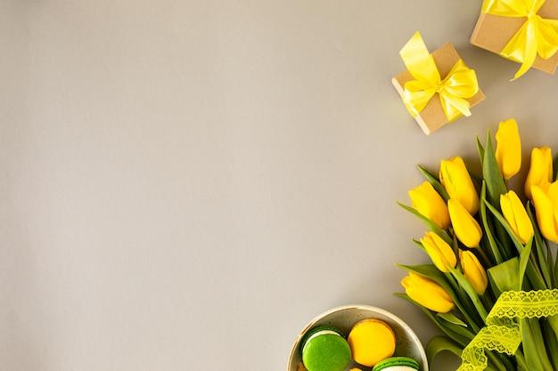 Lindo arranjo de flores. tulipas amarelas de flores, quadro vazio para o texto em um fundo branco. casamento. aniversário dia dos namorados. dia das mães. vista plana, vista superior, cópia espaço