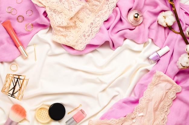 Lindo arranjo de molduras flatlay feminino com lingerie, cosméticos, joias e outros acessórios. vista do topo.