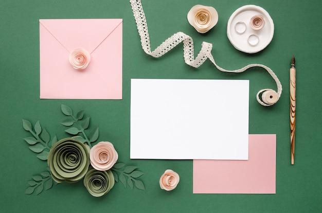 Lindo arranjo de papelaria de casamento