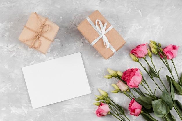 Lindo arranjo de rosas com presentes embrulhados
