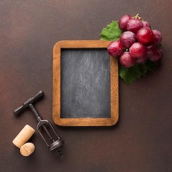 Lindo arranjo de uvas no quadro-negro