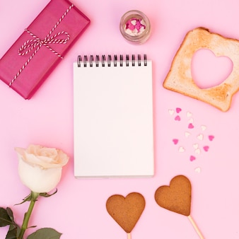 Lindo arranjo romântico do bloco de notas com cookies