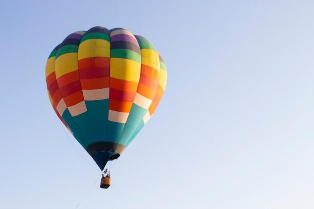 Lindo balão de ar quente contra o céu azul escuro com cesta