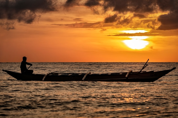 Lindo barco filipino ao nascer do sol