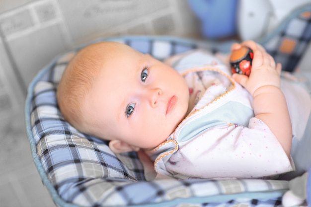 Lindo bebê com um ovo de páscoa.