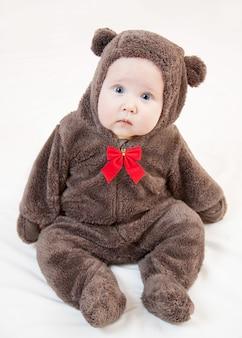 Lindo bebê em traje de urso