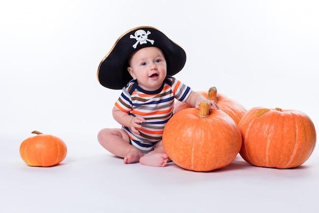 Lindo bebê em uma camiseta listrada e um chapéu de pirata