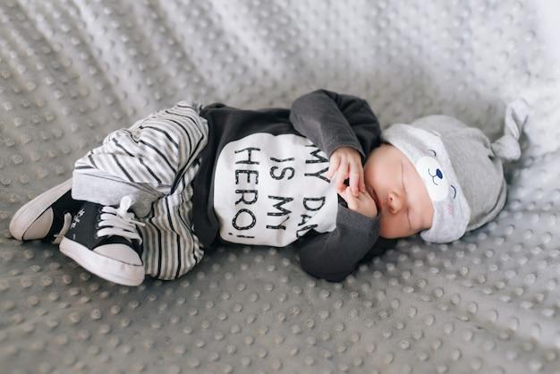 Lindo bebê recém-nascido deitado no berço