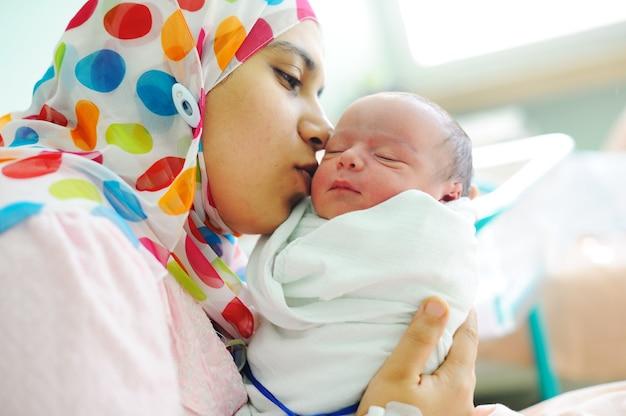 Lindo bebê recém-nascido nas mãos de suas mães.