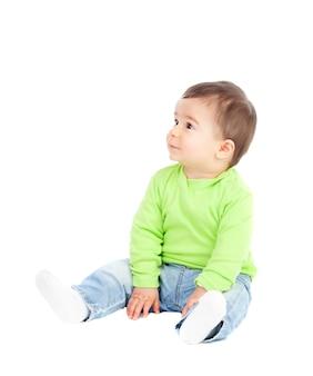 Lindo bebê sentado no chão