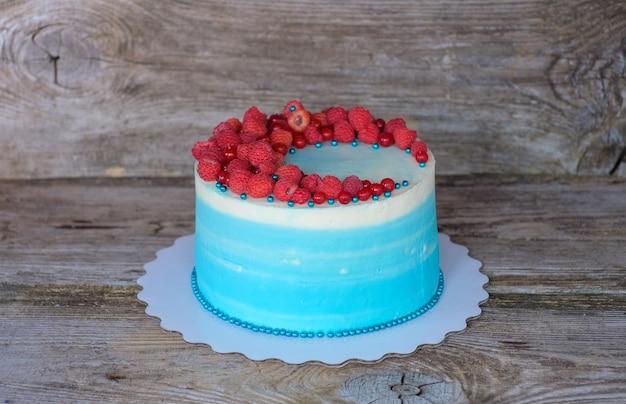Lindo bolo caseiro com creme de queijo branco e azul e amoras de framboesa e groselha