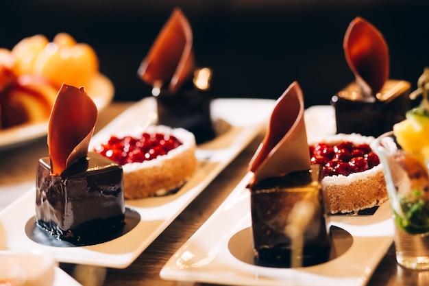 Lindo bolo coberto com creme de gelo, frutas de verão na parte superior. fotografia de estilo e comida