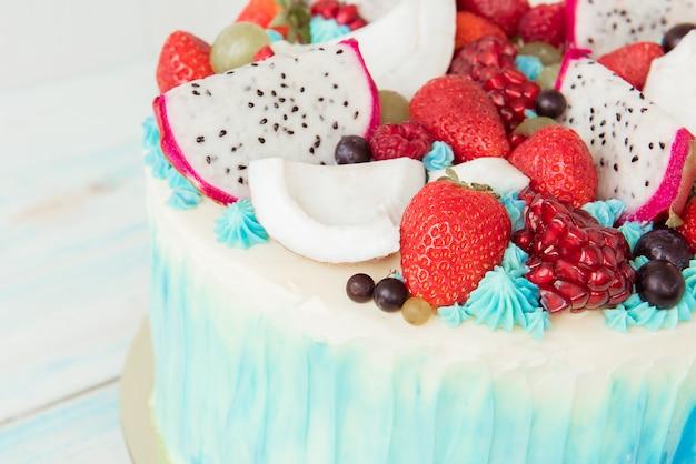 Lindo bolo com frutas e bagas. fechar-se