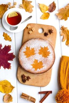 Lindo bolo de abóbora doce fresco com um padrão de folha de bordo