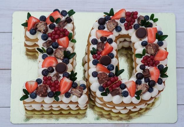 Lindo bolo de aniversário em forma de vista superior do número dez