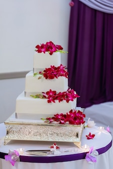 Lindo bolo de casamento branco