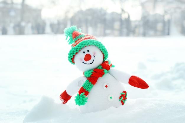 Lindo boneco de neve em um monte de neve natural, close-up